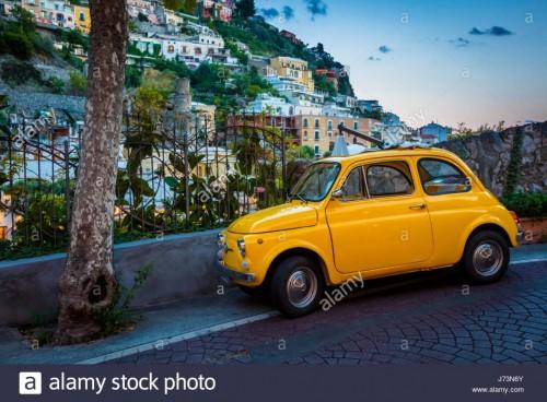 fiat-amarillo-en-positano-en-la-costa-amalfitana-de-italia-j73n6y.md.jpg