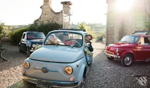 wedding-in-tuscany-tuscan-Venue-Wedding-venue-in-tuscany-vintage-car-wedding-transport-cinquecento-just-married2.md.jpg